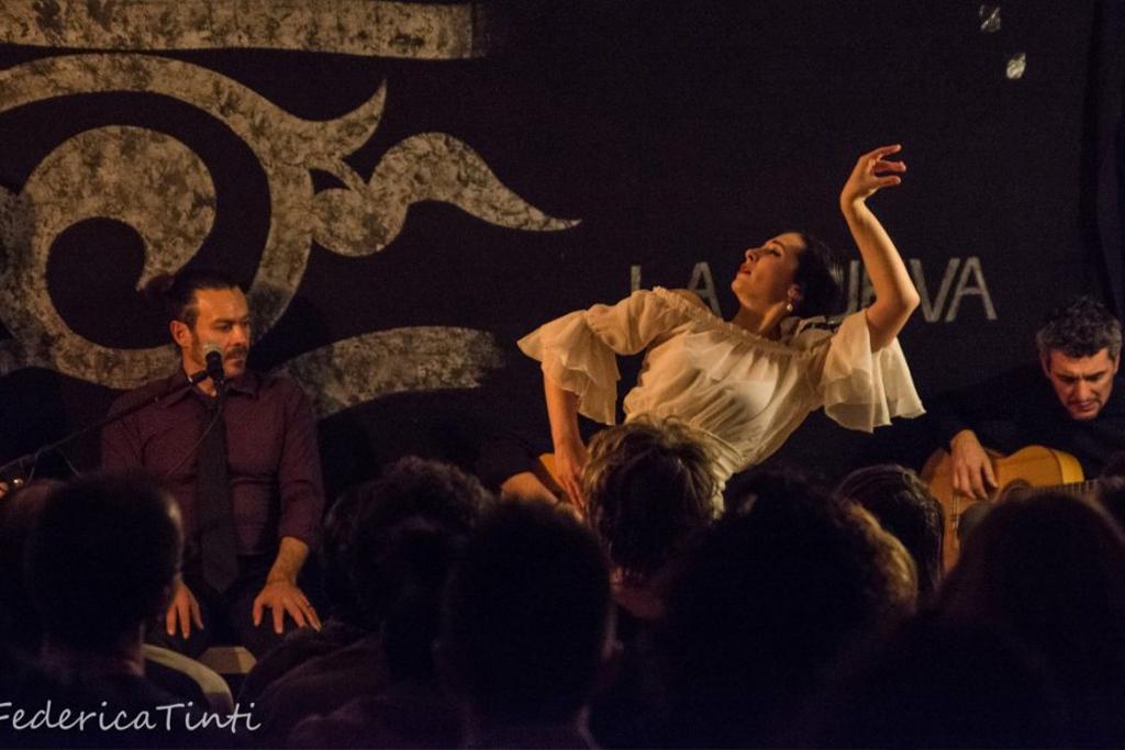 Matilde Melanotte baile a Los Viernes en la Cueva